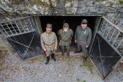 Austro-ungarische Soldaten des Ersten Weltkrieges auf dem entarance des Bunkers, Wiederinkraftsetzung Lizenzfreie Stockbilder