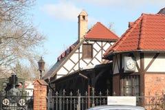 Austro-ungrare järnväg Museum av ett drev, ett vitt europeiskt hus, ett drev bak stänger lampglas hemma royaltyfri fotografi