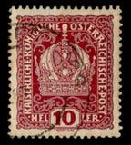 Austro-ungrare välde - circa 1914: Österrikisk historisk stämpel: Bild av den imperialistiska kronan med blommakrullning, annulle fotografering för bildbyråer