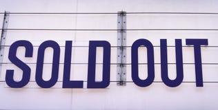 Ausverkaufte Anschlagtafel auf einem Konzertort im Blau auf weißem backgroun stockbild