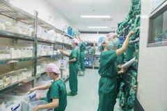 Auswahl der chirurgischen Ausrüstung-präoperativen Vorbereitung Lizenzfreies Stockbild