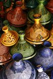 Auswahl der sehr bunten marokkanischen tajines Stockbild