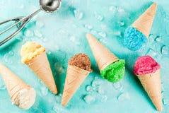 Auswahl der verschiedenen hellen mehrfarbigen Eiscreme in der Eiscreme Lizenzfreie Stockbilder