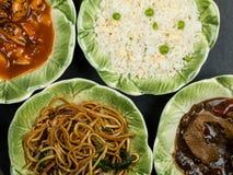 Auswahl des chinesischen Lebensmittel-Eies Fried Rice Sweet und des sauren Huhns Stockfotos