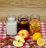 Auswahl des Herbstes trinkt auf hölzernem Hintergrund, für freies Schreiben Lizenzfreie Stockfotografie