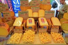 Auswahl des Käses am Morgen-Markt in Amsterdam Stockfotos