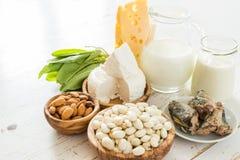 Auswahl des Lebensmittels, das im Kalzium reich ist lizenzfreies stockfoto