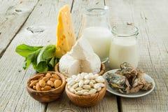 Auswahl des Lebensmittels, das im Kalzium reich ist lizenzfreies stockbild