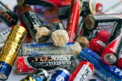 Auswahl von Batterien mit Unschärfen der Oxidation stockfotografie