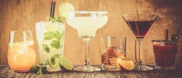 Auswahl von den klassischen Cocktails - kosmopolitisch, mojito, Bloody Mary, altmodisch, Margarita, aperol lizenzfreies stockbild