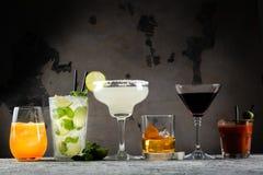 Auswahl von den klassischen Cocktails - kosmopolitisch, mojito, Bloody Mary, altmodisch, Margarita, aperol lizenzfreie stockfotografie