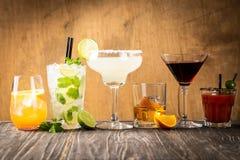 Auswahl von den klassischen Cocktails - kosmopolitisch, mojito, Bloody Mary, altmodisch, Margarita, aperol stockfotografie
