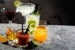 Auswahl von den klassischen Cocktails - kosmopolitisch, mojito, Bloody Mary, altmodisch, Margarita, aperol stockbild