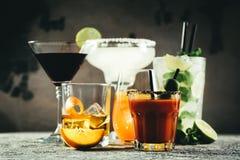 Auswahl von den klassischen Cocktails - kosmopolitisch, mojito, Bloody Mary, altmodisch, Margarita, aperol lizenzfreie stockfotos