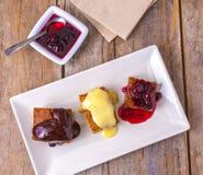 Auswahl von den süßen Minikuchen, die Fingergebäck und aus kleinen süßen Bissen bestehen lizenzfreie stockfotos