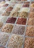Auswahl von den trockenen Früchten verkauft an einem arabischen Marktstall Stockbilder