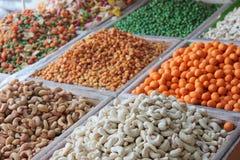 Auswahl von den trockenen Früchten verkauft an einem arabischen Marktstall Stockfoto