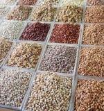 Auswahl von den trockenen Früchten verkauft an einem arabischen Marktstall Stockfotografie