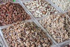 Auswahl von den trockenen Früchten verkauft an einem arabischen Marktstall Stockbild