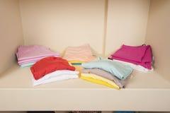 Auswahl von Frauenkleidung auf Regal Lizenzfreie Stockbilder