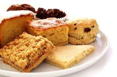 Auswahl von gebackenen Kuchen auf weißer Servierplatte Lizenzfreie Stockfotos