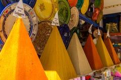 Auswahl von Gewürzen auf einem traditionellen marokkanischen Markt lizenzfreie stockfotos