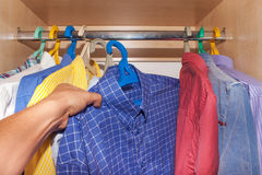 Auswahl von Hemden im Wandschrank Lizenzfreies Stockbild