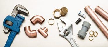 Auswahl von Klempner-Werkzeugen und von Klempnerarbeit-Materialien lizenzfreies stockfoto