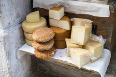 Auswahl von lokalen Käsen Lizenzfreie Stockfotografie