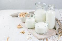 Auswahl von Nichtmilchmilchalternativen in den verschiedenen Flaschen Laktosefreie Milch Gesundes Lebensstilkonzept Lizenzfreie Stockfotos