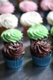 Auswahl von sortierten kleinen Kuchen stockfotos