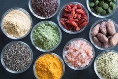 Auswahl von superfoods auf einem schwarzen Hintergrund Stockfotografie