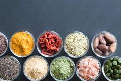 Auswahl von superfoods auf einem schwarzen Hintergrund mit Kopienraum Stockfotografie