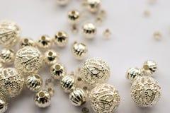 Auswahl von zerstreuten silbernen Perlen auf weißem Hintergrund Stockfotos