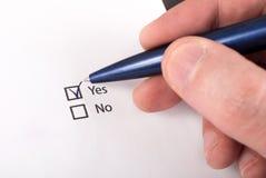 Auswahlkästchen mit ja und keiner Frage, Hand mit Stift überprüfen ja Stockbilder