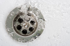 Auswaschungswasser mit Luftblasen Stockbilder