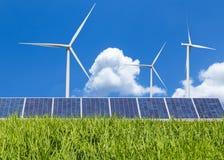 Auswechselbare grüne Energie des Sonnenkollektors und der Windkraftanlagen auf dem Reisgebiet Stockfotografie