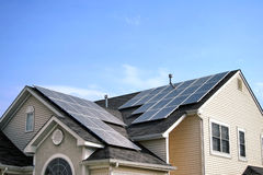 Auswechselbare grüne Energie-Sonnenkollektoren auf Haus-Dach Lizenzfreies Stockfoto