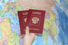 Ausweis auf dem Hintergrund einer Landkarte lizenzfreies stockfoto