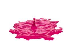 Auswirkung des rosa Farbwassertropfens lokalisiert lizenzfreie stockbilder