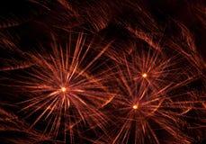 Auszug der Feuerwerke auf schwarzem Hintergrund Stockfotos
