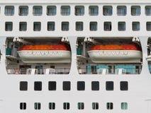 Auszug der Rettungsboote auf einem großen Kreuzschiff Stockfotos