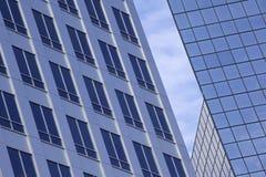 Auszug des modernen Glasbürohauses Lizenzfreies Stockbild