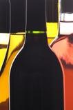 Auszug nah oben von fünf Wein-Flaschen Stockfoto