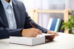 Autógrafo de assinatura do escritor no livro na tabela imagens de stock royalty free