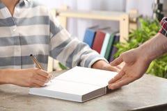 Autógrafo de assinatura do escritor no livro na tabela imagem de stock royalty free