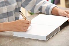 Autógrafo de assinatura do escritor no livro na tabela fotografia de stock royalty free