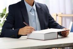 Autógrafo de assinatura do escritor no livro na tabela, fotos de stock royalty free