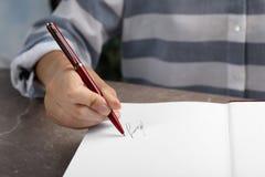 Autógrafo de assinatura do escritor no livro na tabela foto de stock royalty free