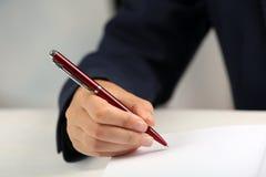 Autógrafo de assinatura do escritor no livro na tabela, fotografia de stock royalty free